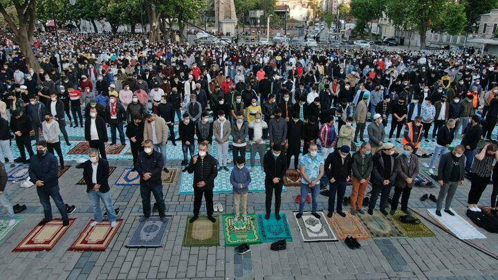 <p>Sabah namazı sonrası Kur'an-ı Kerim okunurken, İstanbul Müftüsü Prof. Dr. Mehmet Emin Maşalı, dua yaptırdı. Bayram namazını ise Diyanet İşleri Başkanı Prof. Dr. Ali Erbaş kıldırdı. Erbaş, gelenek üzerine minbere kılıçla çıktı.</p>