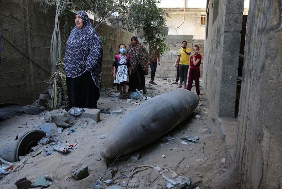 """<p>İsrail polisinin Mescid-i Aksa ve Şeyh Cerrah'tan çekilmemesi üzerine Filistinli direniş grupları İsrail'e çok sayıda roket fırlatmıştı.</p>  <p>Bunun üzerine İsrail ordusu, Gazze Şeridi'ne yönelik """"Surların Muhafızı"""" adıyla askeri operasyon başlatıldığını bildirmişti.</p>  <p></p>"""