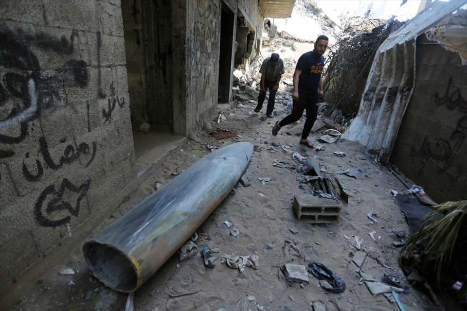 <p>Kentin batısında yer alan Er-Rimal Mahallesi sakinleri, patlamamış bir füze buldu.</p>