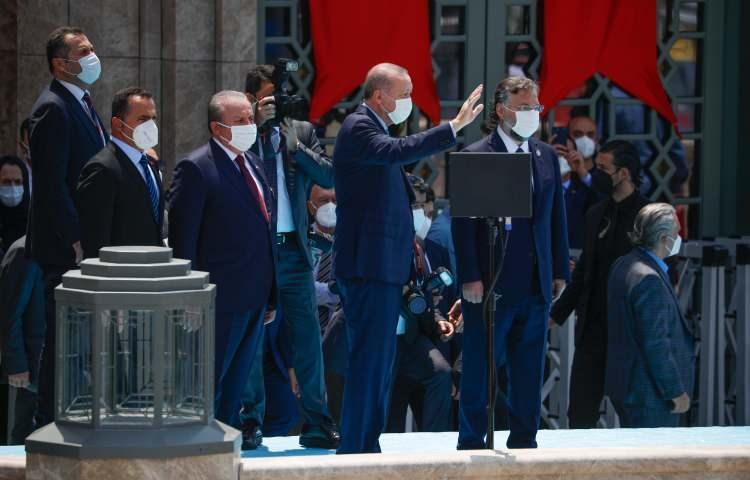 <p>Cumhurbaşkanı Erdoğan, Cuma namazı ile birlikte açılışı yapılacak olan Taksim Camii'ne geldi. Taksim Camii'nde ilk ezan okundu. Taksim Meydanı'nı namaz kılmak isteyenler doldurdu</p>  <p></p>
