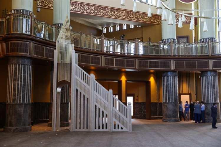 <p>Her bir bölümü en ince ayrıntısına kadar düşünülen camide otopark, sergi alanı, konferans salonu aş evi ve Dijital İslam Kütüphanesi de yer alıyor.</p>  <p></p>