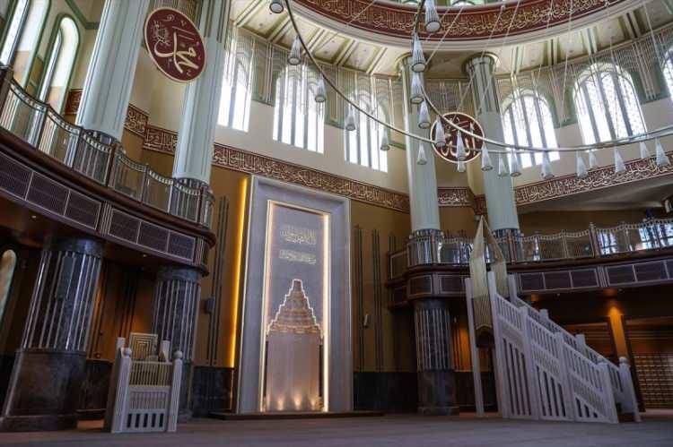 <p>Caminin zemin üstü yüksekliği yaklaşık 21 metre. Çapı 28 metre olan ana kubbenin yüksekliği ise 9 metre.</p>  <p></p>