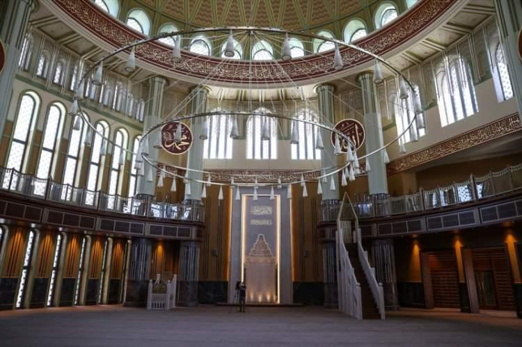 <p>Caminin iç alanına 6 hat levha bulunuyor. Hat levhalarında Allah, Muhammed, Ebubekir, Ömer, Osman, Ali isimleri yazıyor.</p>  <p></p>
