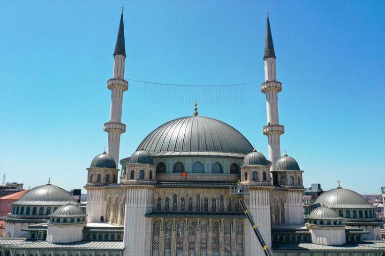<p>Taksim'e yapılan cami için Manisa'da özel olarak dokunan deve tüyü rengi halı serildi.</p>  <p></p>