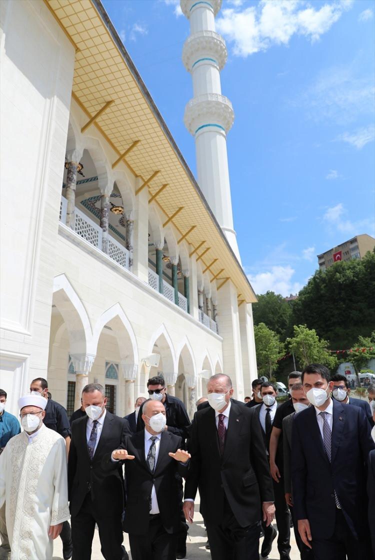 <p>Türkiye Cumhurbaşkanı Recep Tayyip Erdoğan, Zonguldak'ta yapımı tamamlanan Uzun Mehmet Camisi'nin açılışını gerçekleştirdi.</p>  <p></p>