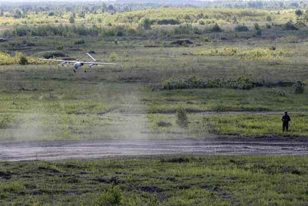 <p>Türkiye'den onlarca silahlı insansız hava aracı (SİHA) Bayraktar TB2 satın alan Ukrayna, Rusya ile Nisan ayında yaşanan gerilimin ardından büyük bir gövde gösterisine girişti. Ukrayna ordusu, Belarus sınırına yakın konumdaki Rivne bölgesinde kara birliklerinin yanı sıra ilk kez Bayraktar TB2 SİHA'ların kullanıldığı geniş çaplı tatbikat icra etti.</p>  <p></p>