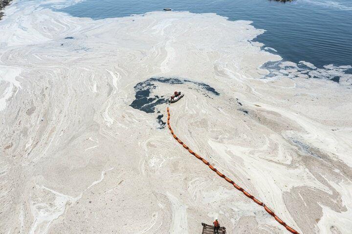 <p>Caddebostan Sahili'ne gelen ekipler, deniz salyasının bir noktada birikmesi için denize bariyer çekti.</p>