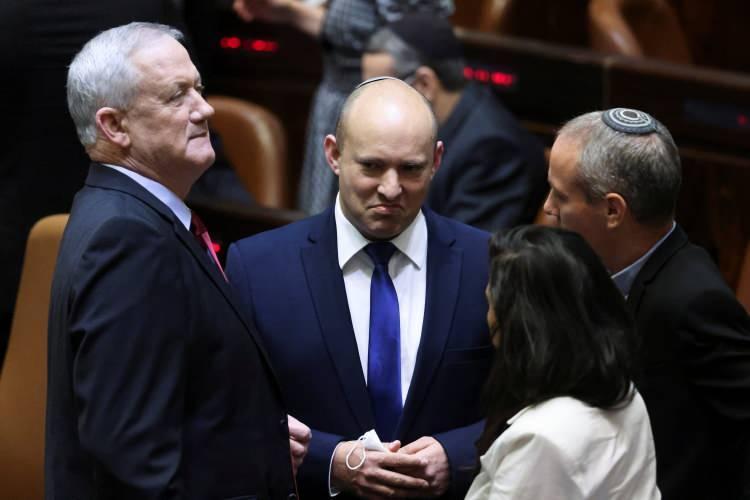 <p>'Ben birçok Arab'ı öldürdüm ve bunda bir problem görmüyorum' diyen aşırı sağcı Bennett'in bu hafta güvenoyu alarak İsrail'in yeni başbakanı olması bekleniyor.</p>