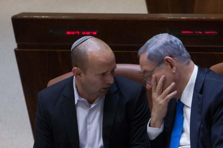 <p>Siyasete 2005'te Binyamin Netanyahu'nun yardımcısı olarak giren Bennett, mecliste güven oyu alırsa 12 yıldır Başbakanlık görevini sürdüren Netanyahu'yu koltuğundan eden isim olacak.</p>