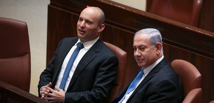 """<p>Batı Şeria'nın """"işgal altında olmadığını ve Filistin diye bir devlet bulunmadığını"""" savunan Bennett, 2018 yılında Yahudi Evi partisinin adını Yamina olarak değiştirmiş ve Netanyahu liderliğindeki koalisyonda yer almıştı.</p>"""