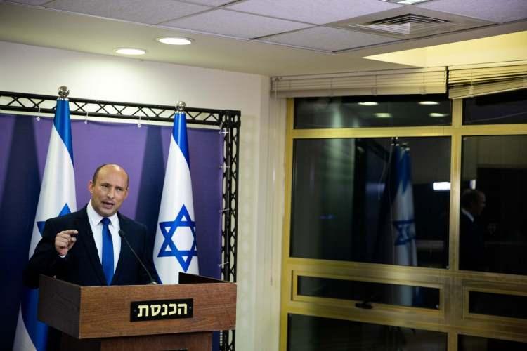 <p>Anne ve babası ABD doğumlu olan Bennett, siyasi kariyeri boyunca Filistinlilere karşı kullandığı saldırgan üslubuyla manşetlerden düşmedi. Bennett, 2012 yılında Yahudi Evi partisinin liderliğine seçildi.</p>