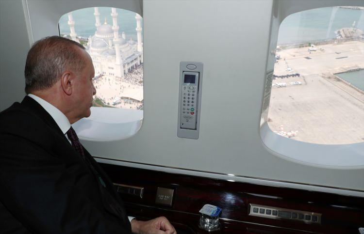<p>Türkiye Cumhurbaşkanı Recep TayyipErdoğan, Uzun Mehmet Camisi'nin açılışını gerçekleştirmek üzere Zonguldak'a böyle geldi.</p>