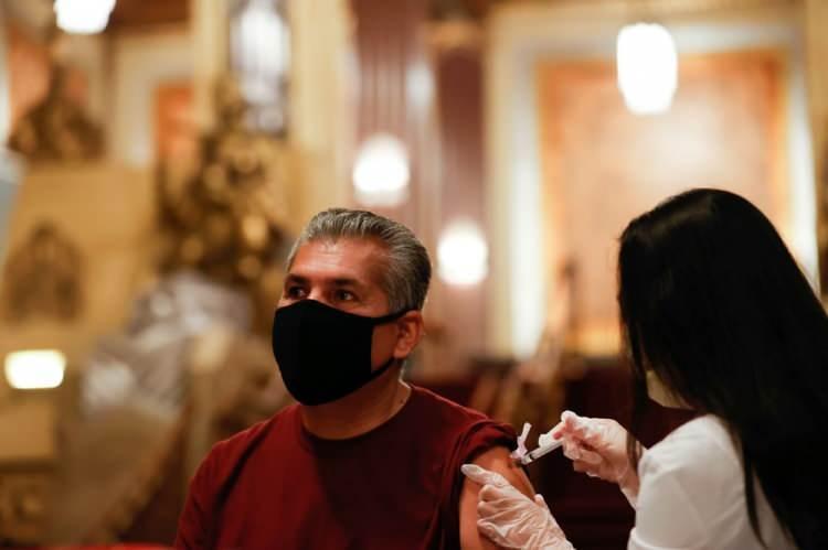 <p>10 bin kişiyle yapılan bir anketle toplanan ve Nisan ayında açıklanan veriler ise virüs testi pozitif çıkan kişilerin yaklaşık yüzde 53'ünün hiçbir belirti yaşamadığını ortaya koymuştu.</p>  <p></p>