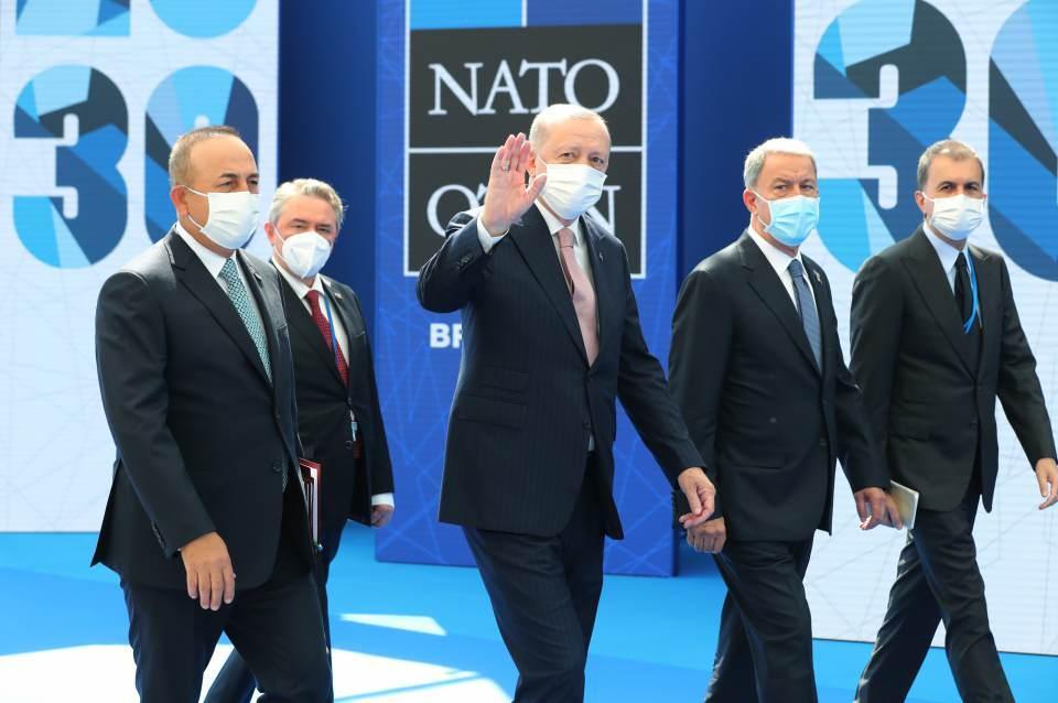 <p>Cumhurbaşkanı Erdoğan'a Dışişleri Bakanı Mevlüt Çavuşoğlu, Milli Savunma Bakanı Hulusi Akar ve AK Parti Sözcüsü Ömer Çelik de eşlik etti.</p>  <p></p>