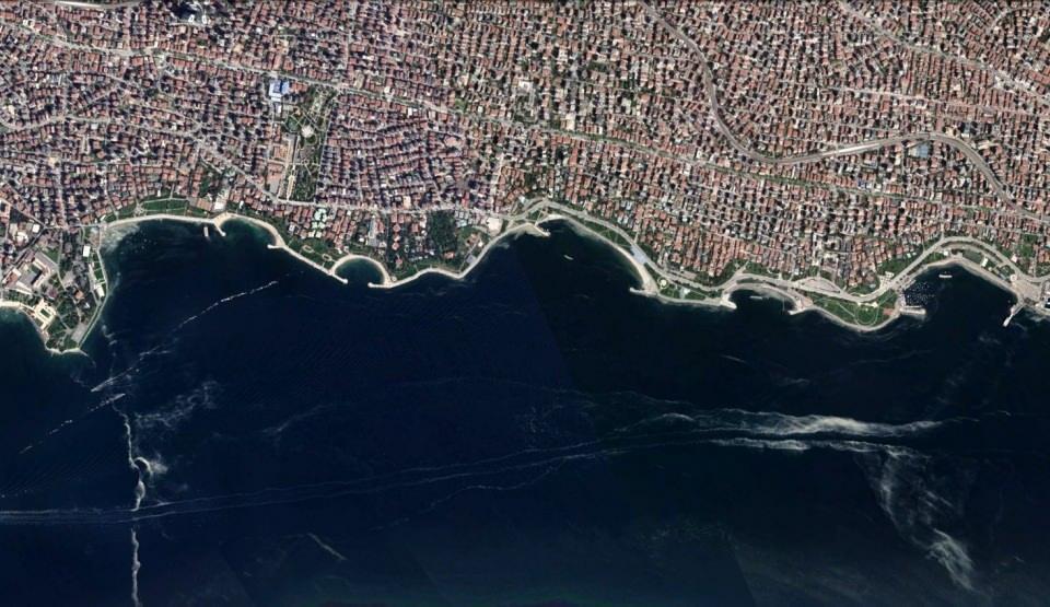 <p>Marmara Denizi'nde görülen musilaj (deniz salyası) İstanbul Anadolu ve Avrupa yakası sahillerinde kilometrelerce yayıldı.</p>