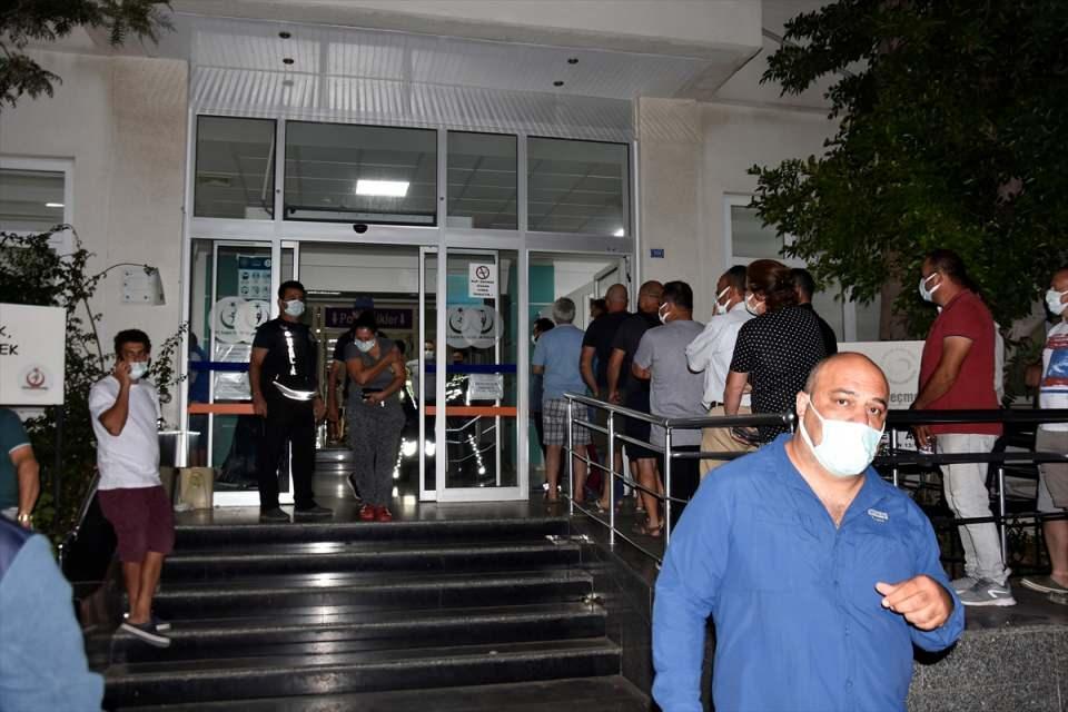 <p>Aşı olmak için sırada bekleyen bazı vatandaşlar ile aşısını olup hastaneden ayrılanlar, sabırla sıralarını beklediklerini belirterek, salgının atlatılabilmesi için herkesi aşılanmaya davet ettiler.</p>