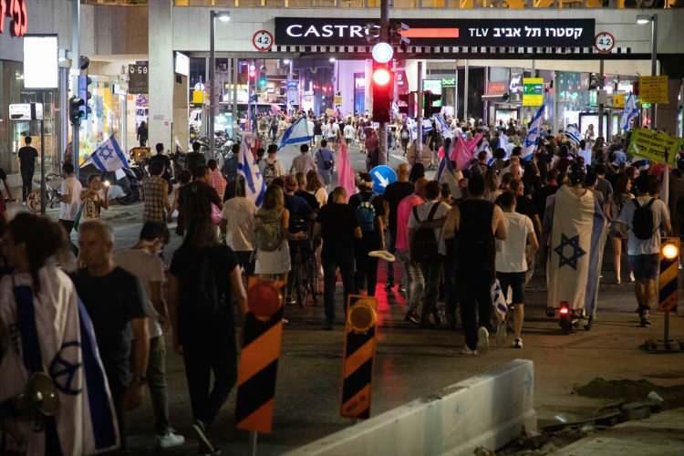 <p>Rabin Meydanı'nda kutlama yapan İsrailliler, daha sonra Tel Aviv'de Habima Meydanı'na doğru yürüyüşe geçti.</p>  <p></p>
