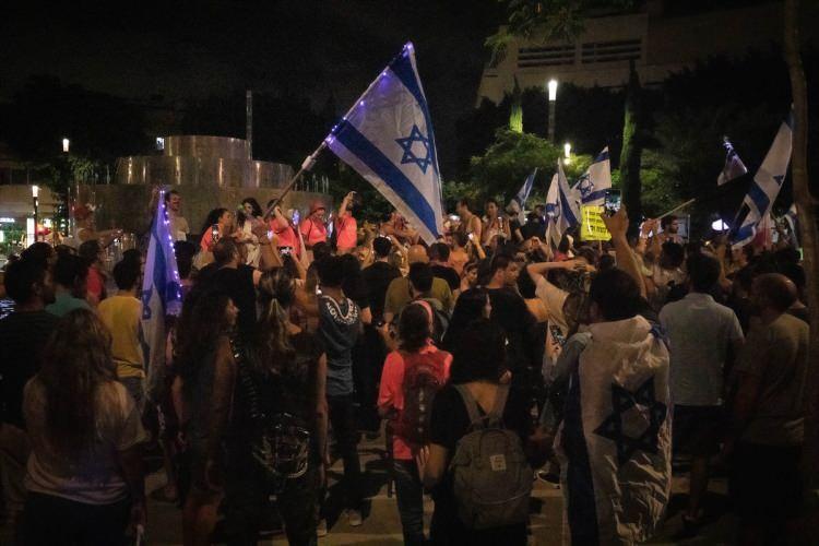 """<p>Kutlamanın yapıldığı alana Netanyahu'nun fotoğrafı asılı """"suç bakanı"""" yazılı pankart da asıldı.</p>  <p></p>"""