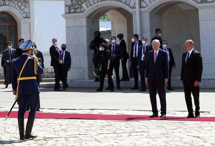 <p>Aliye ve Erdoğan, karşılamanın ardından baş başa görüşmeye geçti. Erdoğan ve Aliyev, görüşmeden sonra anlaşmaların imza törenine katılacak ve ortak basın toplantısı düzenleyecek.</p>  <p></p>