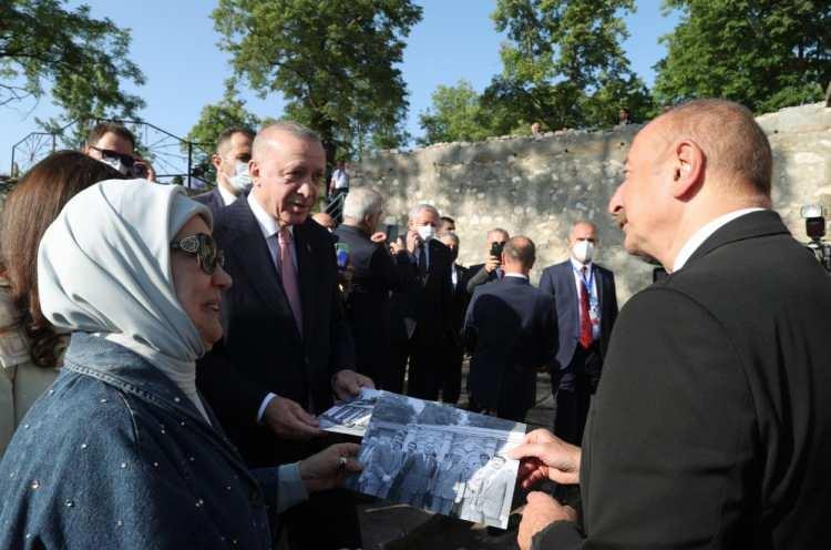 <p>Cumhurbaşkanı Recep Tayyip Erdoğan ve Azerbaycan Cumhurbaşkanı İlham Aliyev, Azerbaycan'ın Şuşa şehrindeki bazı tarihi mekanları ziyaret etti.</p>