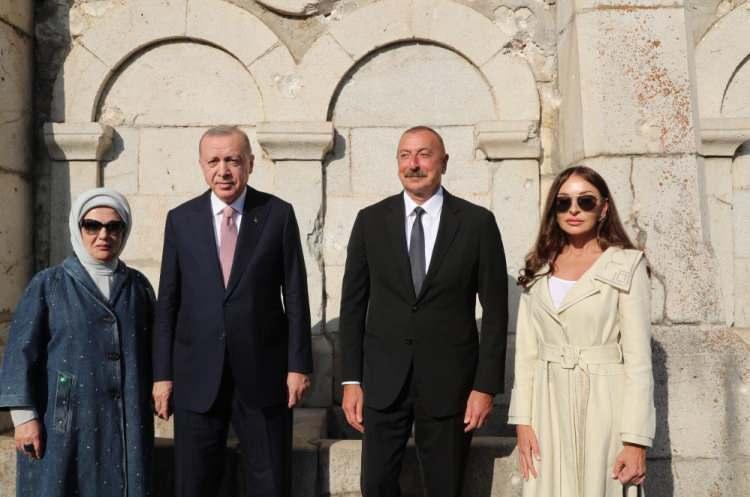 <p>Cumhurbaşkanı Recep Tayyip Erdoğan, Azerbaycan Cumhurbaşkanı İlham Aliyev ile Şuşa'da düzenlediği ortak basın toplantısının ardından Şuşa'daki tarihi yerleri gezerek, Cıdır Ovası'nda Karabağ atlarının gösterisini izledi.</p>