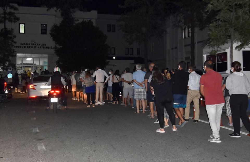 <p>Aşılama programına 40 yaş ve üzeri vatandaşlarla farklı meslek grupları dahil olunca, sırası gelenler Bodrum Devlet Hastanesinde yoğunluğa neden oldu.</p>  <p></p>