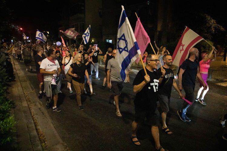 """<p>İsrail bayrakları taşıyan kalabalık, sık sık """"Bu ülke bizim, Netanyahu gitti"""", """"Netanyahu hapse"""" sloganları attı.</p>  <p></p>"""