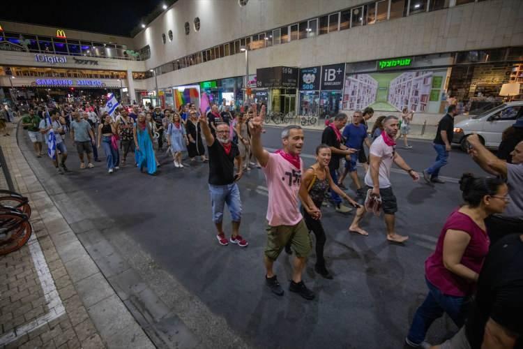 <p>Meydana ulaşan İsrailliler gece geç saatlere kadar burada da kutlamalarına devam etti.</p>  <p></p>