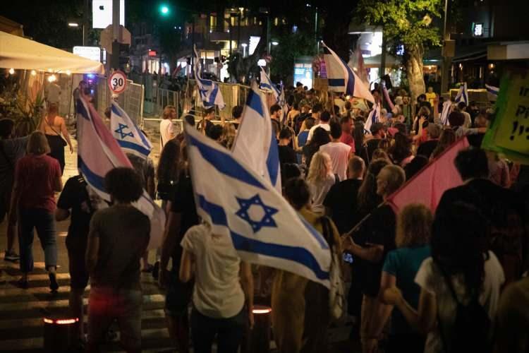 <p>İsrailliler, 12 yılı aşkın süredir aralıksız başbakanlık yapan Binyamin Netanyahu döneminin sonra ermesini kutladı.</p>  <p></p>