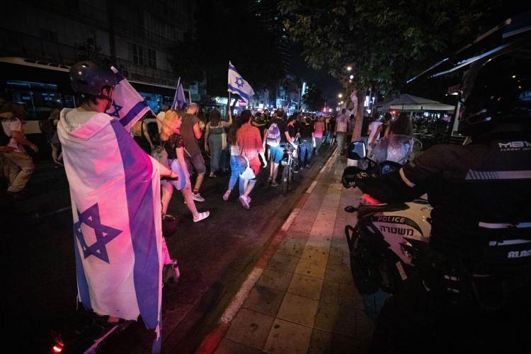 <p>İsrail'de Gelecek Var lideri Yair Lapid ve Yamina lideri Naftali Bennett öncülüğünde kurulan koalisyon hükümeti, dün akşam Mecliste yapılan oylamada güven oyu almıştı.</p>  <p></p>