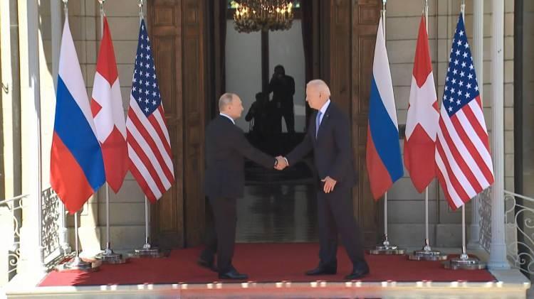 <p>ABD Başkanı Joe Biden ve Rusya Devlet Başkanı Vladimir Putin, İsviçre'nin Cenevre kentinde bir araya geldi. İki lider, baş başa görüşmek üzere Villa La Grange'ye giriş yaptı.</p>