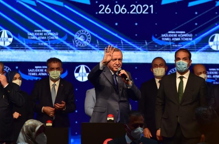 """<p>Kanal İstanbul Projesinin temel atma töreninde konuşan Cumhurbaşkanı Recep Tayyip Erdoğan, """"Türkiye'nin kalkınma tarihinde yeni bir sayfa açıyoruz. Kanal İstanbul'a İstanbul'un geleceğini kurtarma projesi olarak bakıyoruz"""" dedi. CHP'nin bugüne atılan her adımın önüne kesmeye çalıştığını belirten Cumhurbaşkanı Erdoğan, """"Şimdi de Kanal İstanbul'a karşı çıkıyorlar. Yatırımcıları tehdit ediyorlar. Biz geliyoruz, geldiğimizde bilesiniz ki ödeme yapmayacağız diye. Bankaları tehdit ediyorlar. Bu ne terbiyesizliktir ya. Devletlerde devamlılık esastır. Söke söke sizden bu paraları uluslararası tahkim yoluyla da alırlar"""" dedi.<br /> </p>"""