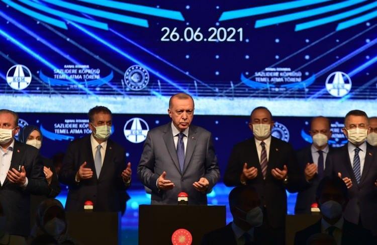 """<p>""""Kime sorulması gerekiyorsa onlara sorulmuş ve yola böyle çıkılmıştır""""<br /> Projenin duyurulduğu 27 Nisan 2011 tarihinden itibaren proje en ince detayına kadar çalışıldığını vurgulayan Cumhurbaşkanı Erdoğan, """"Güzergah, sondaj, ön proje, etüt proje, ÇED süreci yürütüldü. Birileri kendi yetki alanlarında olmayan hususlarla ilgili bize sorulmadı diye sızlanıyorsa projenin her aşaması hukuka ve bilime göre yürütüldü, tamamlandı. Bize sorulmadı diyenlere sesleniyorum. Kime sorulması gerekiyorsa onlara sorulmuş ve yola böyle çıkılmıştır"""" ifadelerini kullandı.</p>"""