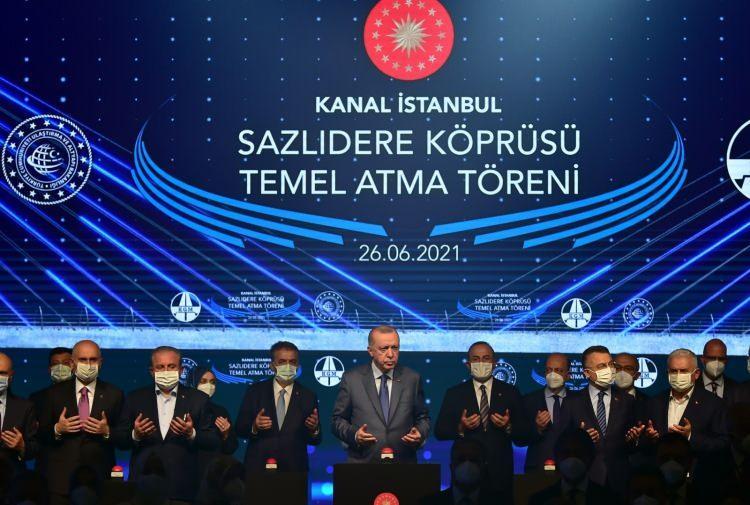 """<p>""""İstanbul'un geleceğini kurtarma projesi olarak bakıyoruz""""<br /> """"İstanbul Boğazı kirlilikten dolayı alarm zilleri vermeye başlayalı çok oldu"""" diyen Cumhurbaşkanı Erdoğan, """"Müsilajla ilgili bakın Marmara ne durumda. Felaket dimi. Boğazı gemi geçişlerine kapatamayacağımıza göre yeni kanal inşaasını gündeme getirdik. İstanbul'un geleceğini kurtarma projesi olarak bakıyoruz. Kanal İstanbul projesiyle amacımız her şeyden önce İstanbul Boğazı ve çevresindeki vatandaşların can ve mal güvenliğini sağlamaktır. Güvenlik altına almak için de bu projeye ihtiyaç vardır. Gemi trafiğinin hafifletilmesi, seyir zorluğundan kaynaklanan sıkıntıların ortadan kaldırılması da projenin amaçları arasında yer alıyor. Proje kapsamında yer alan 500 bin kişi kapasiteli yerleşim alanları, depreme hazırlık için gereken alternatif yer alanları oluşturulmasındaki eksikliğimizi de kapatacaktır. Pek çok faydayı aynı anda sağlayacak bir projedir"""" dedi.</p>"""