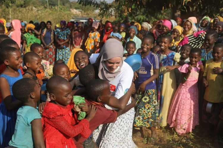 Gamze Özçelik Tanzanyalı çocukların yardımına koştu!
