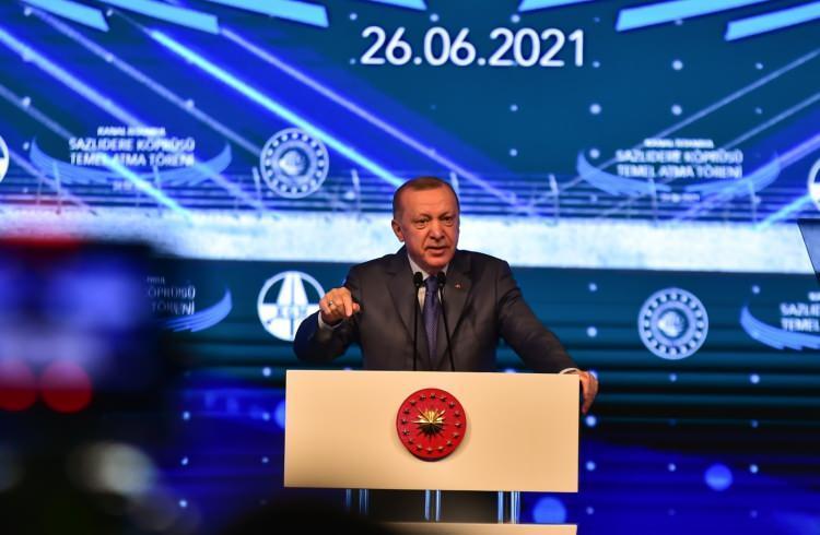 """<p>""""Sizleri dinlemiş olsaydık Marmaray, Avrasya Tüneli, Osmangazi hiçbir proje yapılmazdı""""<br /> Projeye karşı çıkanları eleştiren Cumhurbaşkanı Erdoğan, """"Bu ülkede bugüne kadar dikili ağacınız yok. Yavuz Sultan Selim Köprüsü'nü yaptık. Kanal İstanbul için nasıl çıldırıyorsanız orada da öyle çıldırdınız. Marmaray'ı yaptık, yine önümüzü kesmeye çalıştınız. Çılgınlar gibi ama yaptık. Avrasya Tüneli'ni yaptık, Osmangazi'yi yaptık. İstanbul, İzmir yolunu yaptık. Önünü kesmek istediniz. Sizleri dinlemiş olsaydık bunların hiçbiri yapılamayacaktı. Birinci köprü, FSM'de de aynı şeyleri yaptınız. Dinlemedik ve dedik ki, kervan yürür ve kervan yürüdü. Bu hususlarda en küçük bir eksiklik, yanlışlık olsaydı şimdiye kadar çoktan ortaya çıkardı"""" ifadelerini kullandı.</p>"""