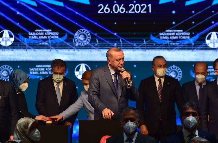 """<p>""""İstanbul Boğazı'nın güvenli geçiş kapasitesi 25 bindir""""<br /> Kanal İstanbul'un gerekliliği konusuna değinen Cumhurbaşkanı Recep Tayyip Erdoğan, """"İstanbul Boğazı en kalabalık gemi trafiklerinden birine sahiptir. 1930'larda yılda ortalama 3 bin gemi geçiyordu. Günümüzde bu rakam 45 bine ulaştı. Sadece şehir içi yolculuklar için 54 iskelede 500 bin kişilik insan trafiği söz konusudur. Boğazda hem kuzey, güney, doğu, batı istikametinde her sınıftan ve kapasiteden yoğun gemi trafiği yaşanıyor. Petrolden organik ürüne kadar çok farklı türden yük taşıyan gemilerin kaza yapmaları durumunda denizdeki doğal hayat da çok büyük tehlikeye giriyor. Karaya çarpmaları halinde kültürel miras zarar görüyor, yıkım ve yangınlarla karşılaşabiliyoruz.</p>"""