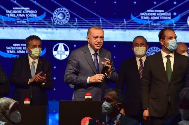 """<p>Cumhurbaşkanı Recep Tayyip Erdoğan'ın Başbakan iken 27 Nisan 2011'de """"çılgın proje"""" olarak kamuoyuna duyurduğu Kanal İstanbul projesinin temeli atıldı. Temel atma töreninde konuşan Cumhurbaşkanı Recep Tayyip Erdoğan, projenin gerekliliğini anlatarak projeye karşı çıkanları eleştirdi. Cumhurbaşkanı Erdoğan, """"Türkiye'nin kalkınma tarihinde yeni bir sayfa açıyoruz. Bugün ülkemizin gelişmesi için atılan adımlara bir yenisini daha ekliyoruz. Rahmetli Menderes, Rahmetli Özal, Rahmetli Erbakan, Demirel gibi sembol isimlerin ruhlarını bir kez daha şad ediyoruz. Kanal İstanbul projesinin ilk köprüsünün temelini atıyoruz. Bundan 11 yıl önce milletimizle paylaşmıştık. Türkiye'nin bu süreçte yaşadığı iç ve dış badireler sebebiyle projenin ilerlemesi biraz gecikti. İşte bugün tüm hazırlıkları tamamlayıp proje kapsamında ilk temeli atmak için bir aradayız. Sazlıdere Barajı'ndayız Gecikmeli de olsa bugün bu temeli nasıl atıyoruz"""" dedi.<br /> </p>"""