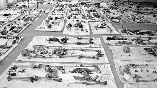 <p>Büyük bir insanlık trajedisi olan Srebrenitsa katliamının üzerinden 26 yıl geçti. En az 8 bin 372 Boşnak sivilin Sırp askerlerce hunharca katledildiği Srebrenitsa soykırımı, aradan 26 yıl geçmesine rağmen Boşnak halkı için dinmeyen bir acı olarak kalmaya devam ediyor. İşte o korkunç katliamdan kareler...</p>