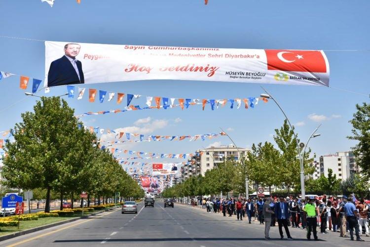 <p>Havaalanı yolu üzerinde bulunan Bağlar Belediyesi Şehit Polis Atakan Arslan hizmet binası önünde toplanan binlerce vatandaş, ellerinde Türk bayrakları ve pankartlarla Cumhurbaşkanı Erdoğan'a sevgi gösterilerinde bulundu.</p>