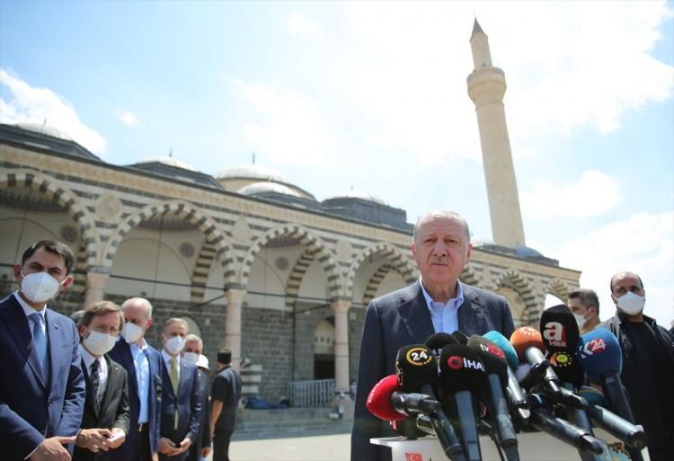 """<p>Kurşunlu Camii önünde açıklamalarda bulunan Erdoğan, """"Şu an Kurşunlu Camisindeyiz. Burayı teröristler yakmıştı, onarıp yeniden ibadete açtık ve uzun bir aradan sonra ilk cuma namazını kıldık.</p>"""
