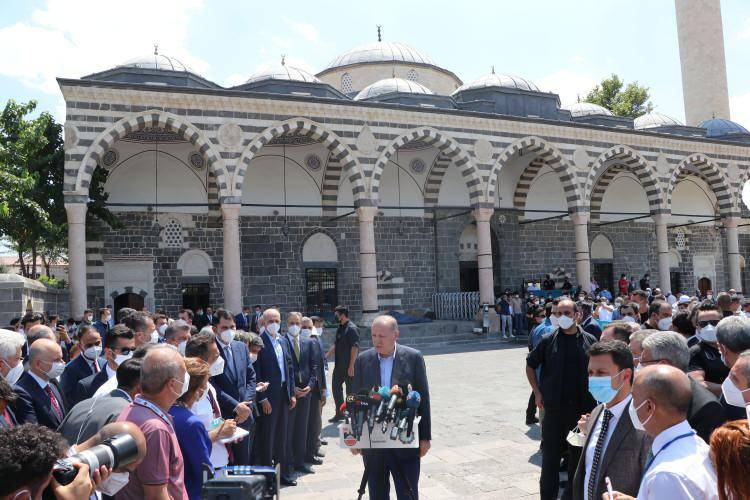 <p>Cumhurbaşkanı Recep Tayyip Erdoğan 2.5 yıl sonra geldiği Diyarbakır'da 2016 Sur olaylarında teröristlerin yaktığı Sur ilçesi Kurşunlu Camii'nde cuma namazı kıldı.</p>