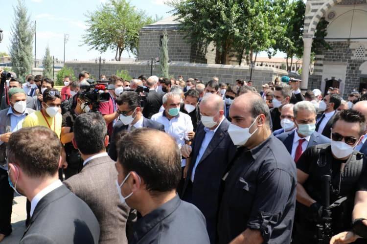 <p>Onarımı tamamlanarak ibadete açılan camide cuma namazını kıldıktan sonra açıklamalarda bulunan Cumhurbaşkanı Erdoğan, teröristlerin yaktığı Kurşunlu Camii'ni onarıp ibadete açtıklarını ve uzun aradan sonra hep birlikte burada cuma namazı kıldıklarını söyledi.</p>