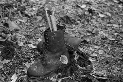<p>8 BİN BOŞNAK KATLEDİLDİ</p>  <p>1995'in Temmuz ayında Srebrenitsa'da Sırplar tarafından 2. Dünya Savaşı'ndan sonra Avrupa'da yaşanan en büyük soykırım gerçekleştirildi. Sırp kuvvetleri Srebrenitsa'da beş gün içinde 8.372 Boşnak'ı öldürdü, yüzlerce kadına ve küçük yaştaki kız çocuğuna tecavüz etti. Bir gün içerisinde 20.000'in üzerinde mülteci Srebrenitsa'dan zorla çıkarıldı.</p>