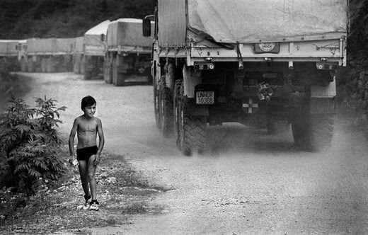 <p>Srebrenitsa'daki kıyımdan Tuzla'ya kaçmaya çalışan 12.000'i aşkın Boşnak, dağlık güzergâh üzerinde pusu kuran keskin nişancı Sırp askerleri tarafından âdeta tek tek avlandı. Dağlardaki bu zorlu kaçış yolundan yaklaşık 3.000 kişi sağ olarak Tuzla'ya ulaşabildi. Srebrenitsa'dan Tuzla'ya uzanan yolda 10 gün içerisinde 10.000'den fazla kişi katledildi. Srebrenitsa'da yaşanan bu katliam Avrupa'da hukuksal olarak belgelenen ilk soykırım olarak tarihe geçti.</p>