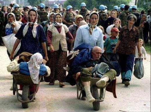 <p>Bosna-Hersek Kayıpları Arama Enstitüsü verilerine göre, 1995 yılından bu yana ülke genelinde 500'den fazla toplu, 5.000'in üzerinde müstakil mezar bulundu. Kimlikleri tespit edilen kurbanlar, her yıl 11 Temmuz günü düzenlenen törenle toprağa Srebrenitsa'da toprağa veriliyor.</p>
