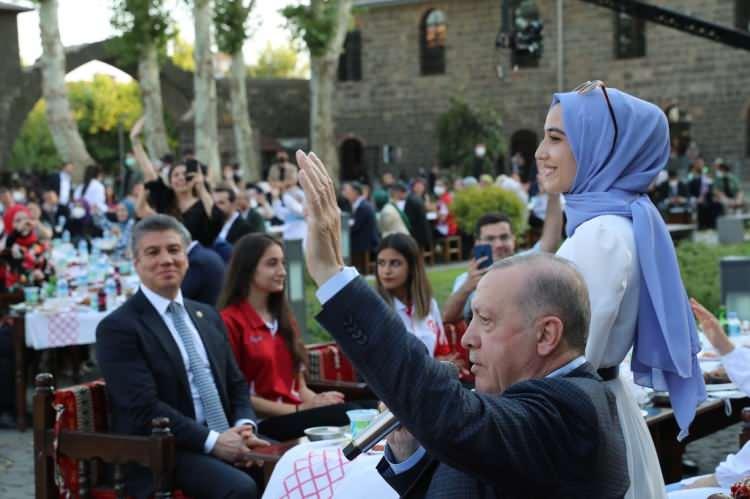 <p>Cumhurbaşkanı Recep Tayyip Erdoğan, Türkiye'nin farklı bölgelerinden gelen gençlerle Diyarbakır'da bir araya geldi.</p>
