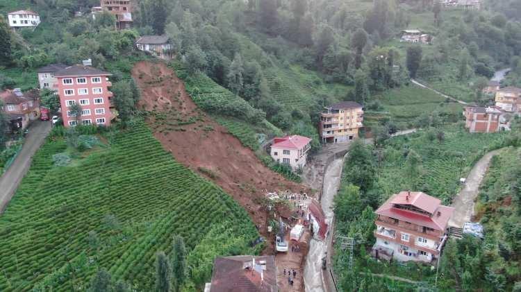 <p>Yağış nedeniyle meydana gelen sel felaketi nedeniyle merkeze bağlı Muradiye beldesindeki enkaz alanı sabahın ilk ışıklarıyla gün yüzüne çıktı.</p>