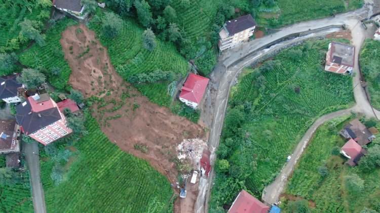 <p><strong>ÖLÜ SAYISI 2'YE, KAYIP SAYISI 6'YA YÜKSELDİ</strong></p>  <p>Rize'de meydana gelen sel ve heyelan felaketinde ölü sayısı 2'ye, kayıp sayısı ise 6'ya yükseldi. Muradiye beldesinde çöken evin enkazından 1 kişinin cansız bedeni çıkarıldı, aynı enkazda 2 kişi ise aranıyor. Güneysu ilçesi Tepebaşı köyünde ise selde kaybolan 1 kişi aranıyor.</p>  <p>Güneysu ilçesi Asmalı Irmak köyünde bu sabah selde kaybolan Adem Yanık'ın cansız bedenine ulaşıldı. Güneysu ilçesinde ise çöken bir evin enkazında kalan 3 kişiye daha ulaşılamadığı ortaya çıktı.</p>  <p>Kentte sel afetinde şu ana kadar 2 kişi hayatını kaybetti, 6 kişi kayboldu, 4 kişi yaralı kurtarıldı</p>