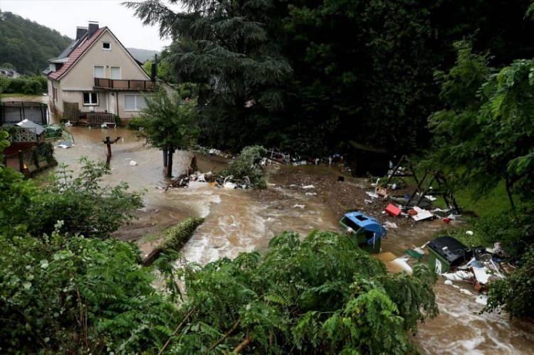 <p>Avrupa'nın pek çok yerini vuran sel felaketi Belçika, Hollanda, Lüksemburg, İsviçre ve Almanya'da ağır hasara yol açtı. Sel felaketinde ölü sayısı 115'e (103'ü Almanya, 12'si Belçika) çıktı.</p>
